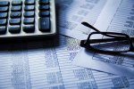 Kalkulator, dokumenty i okulary